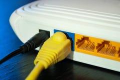 Los enchufes del cable de Internet están conectados con el router de Internet fotografía de archivo