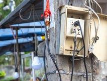 Los enchufes son simples Y sin consideración alguna hacia seguridad Los enchufes eléctricos del escape y de la potencia de fuego  imagenes de archivo