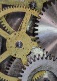 Los engranajes y los dientes del mecanismo del reloj se cierran para arriba Foto de archivo libre de regalías