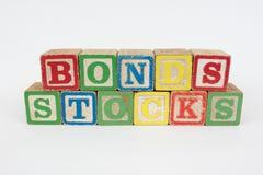 Los enlaces y la acción de la palabra en los bloques de los niños de madera Imágenes de archivo libres de regalías