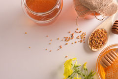 Los envases con el panal de la miel y la abeja del polen rematan Foto de archivo libre de regalías