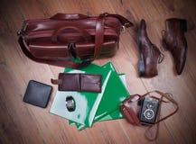Los equipos casuales de los hombres en el fondo de madera, aún vida con casua Fotos de archivo libres de regalías