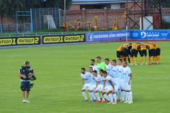Los equipos de fútbol Desna Chernigiv y Alexandría se fotografían en pelotones llenos antes del partido foto de archivo libre de regalías
