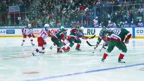 Los equipos de hockey de la cámara lenta luchan para la victoria en arena del hielo metrajes