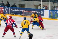 Los equipos de Rusia y de Suecia juegan en hockey Imágenes de archivo libres de regalías