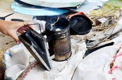 Los equipos del apicultor son herramientas para el humo hecho Fotos de archivo