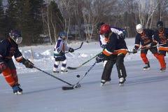 Los equipos del ` s de las mujeres compiten en un festival del hockey de la charca en Rangeley imagenes de archivo