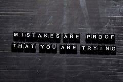 Los errores son prueba que usted está intentando en bloques de madera Concepto de la educaci?n, de la motivaci?n y de la inspirac imagen de archivo