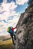 Los escaladores alcanzan el top del pico de montaña foto de archivo