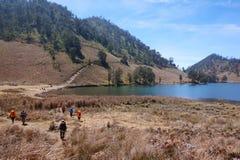 Los escaladores caminan en pistas de senderismo fotos de archivo