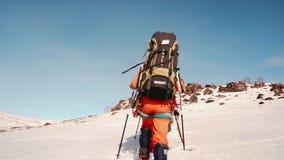 Los escaladores en invierno, entran en la vecindad a través de la nieve almacen de video