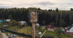 Los escaladores industriales pintan la torre del hierro Trabajo aventurado Trabajo extremo Alpinista del trabajador almacen de video