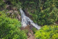 Los escaladores van abajo de un acantilado cerca de una cascada Imagenes de archivo
