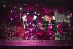 Los escaparates de la Navidad en la casa de Fraser son un grupo británico de los grandes almacenes con sobre 60 tiendas a través  Fotos de archivo libres de regalías