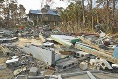 Los escombros delante de la casa golpearon pesadamente por Hurricane fotografía de archivo libre de regalías