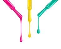 Los esmaltes de uñas coloreados que goteaban de cepillos isoalted en blanco ilustración del vector