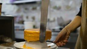 Los esmaltes del cocinero se apelmazan en la cocina con una espátula metrajes