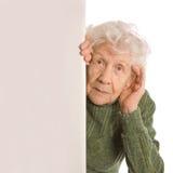 Los espías de la mujer mayor aislados en blanco fotos de archivo