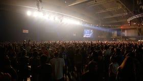 Los espectadores durante las ramitas de Fka muestran en el festival del sonar Imagen de archivo