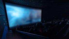 Los espectadores miran cinematográfico en el timelapse del teatro de película almacen de video