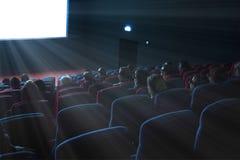 Los espectadores miran una película 3D Imagen de archivo