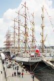 Los espectadores recorren en el embarcadero en Stavanger las razas altas Fotografía de archivo libre de regalías