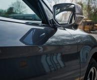 Los espejos modernos del lado del coche con el indicador construido en el carril de Honda miran la cámara fotografía de archivo libre de regalías