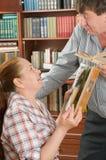 Los esposos tienen gusto de leer los libros. Imágenes de archivo libres de regalías