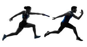 Los esprinteres de los corredores de retransmisión del atletismo que funcionaban con los corredores aislaron silho imagenes de archivo