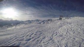 Los esquiadores del esquí ascienden por el remonte de la telesilla a lo largo de la pista metrajes
