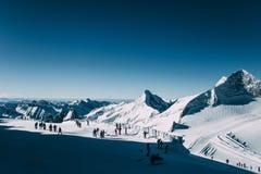 los esquiadores en cuesta de montaña nevada en mayrhofen la estación de esquí, Austria foto de archivo