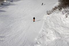 Los esquiadores en el esquí se inclinan en el día de invierno del sol Imágenes de archivo libres de regalías