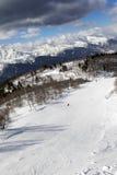 Los esquiadores en el esquí se inclinan en el día de invierno del sol Imagen de archivo libre de regalías