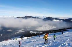 Los esquiadores en el esquí se inclinan en un día soleado en el centro turístico de Jasna Imagen de archivo