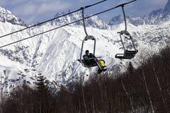 Los esquiadores en las montañas del funicular y de la nieve en el invierno asolean día Fotos de archivo
