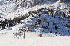 Los esquiadores en los remontes en Val Gardena Ski recurren, Sellaronda Imagenes de archivo