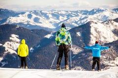 Los esquiadores están librando abajo desde arriba del soporte, Bakuriani, Georgia, enero de 2019 imagen de archivo
