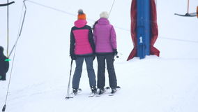 Los esquiadores están subiendo para arriba la montaña en una elevación de la fricción almacen de video