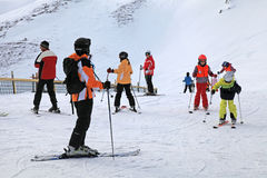 Los esquiadores gozan el esquiar en la cuesta en las montañas austríacas Foto de archivo
