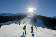 Los esquiadores, los snowborders y el cablecarril en Jasna Low Tatras Fotos de archivo libres de regalías