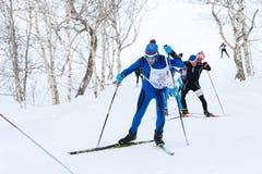 Los esquiadores que corren en pista del esquí en el bosque Todo-Rusia del invierno forman la raza de esquí - Ski Track de Rusia Imágenes de archivo libres de regalías