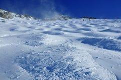 Los esquiadores que cruzan sobre un portalámparas gigante colocan en un glaciar Fotografía de archivo