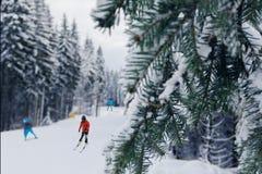 Los esquiadores van abajo de la cuesta de la montaña Fotografía de archivo