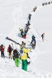 Los esquiadores y los snowboarders suben la montaña para el freeride Fotografía de archivo