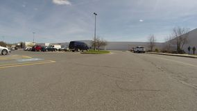 Los estacionamientos, aparcamiento, parquearon los coches almacen de metraje de vídeo