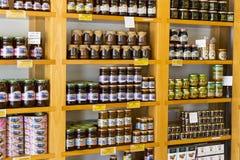 Los estantes almacenan especializado para la venta del pino y de la flor de la abeja de la miel Imagenes de archivo