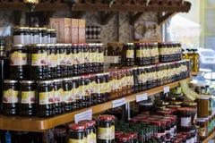 Los estantes almacenan especializado para la venta del pino y de la flor de la abeja de la miel Foto de archivo libre de regalías