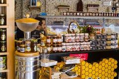 Los estantes almacenan especializado para la venta del pino y de la flor de la abeja de la miel Imagen de archivo libre de regalías