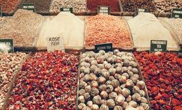 Los estantes de las variedades del té y de la especia vendieron en el bazar de la especia de Estambul en tono silenciado del colo foto de archivo libre de regalías