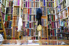 Los estantes del algodón colorido aspan en Tánger, Marruecos Imagen de archivo libre de regalías